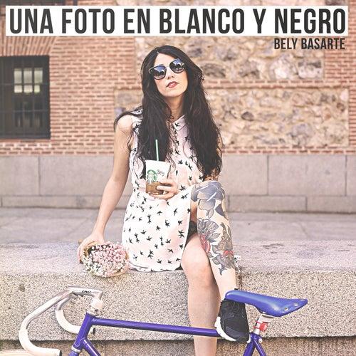 Una Foto En Blanco Y Negro de Bely Basarte