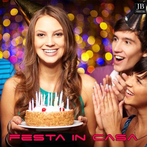 Festa In Casa Medley 1: Disco Samba / Vamos a Bailar / Night Fever / La Bamba / Cuando Volveras / Candela / La Colegiala / Mueve la Colita / Mayonesa / Fiesta Macarena / La Copa de la Vida / Maria / La Bomba / Maracaibo / Bamboleo / Amor de Mis Amores / 2 di Extra Latino