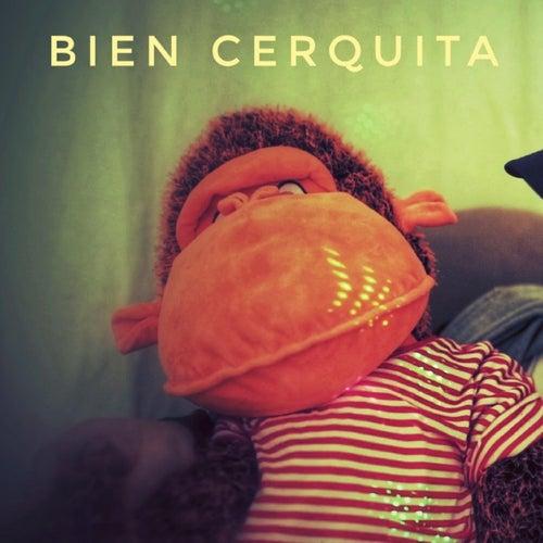 Bien Cerquita by De-Tu
